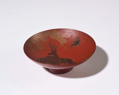 JAPON : Petite coupelle circulaire sur piédouche...
