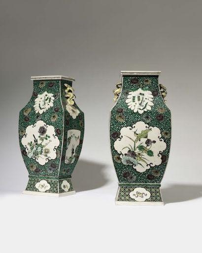 CHINE Belle paire de vases de forme quadrangulaire...