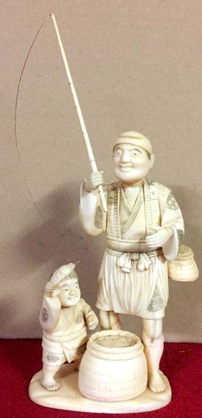 JAPON Groupe en ivoire sculpté représentant...