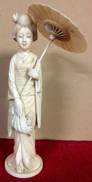 JAPON Okimono en ivoire représentant une...