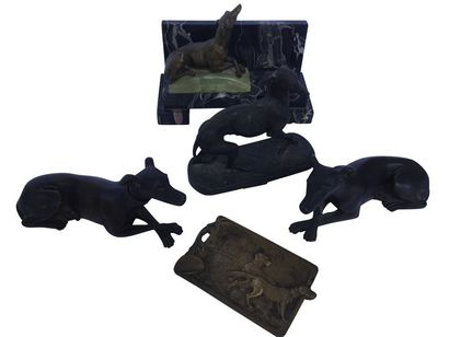 Ensemble de quatre petites sculptures en bronze et régule représentant des lévriers...
