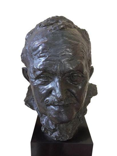 PEDRO MEYLAN (1890-1954) Buste d'homme en bronze patiné sur socle en marbre noir...