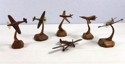 Six petites maquettes en bois verni    Cinq...