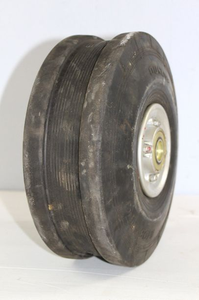 Roue avant - VAMPIRE    Roue avant de Vampire de Havilland avec son pneu Dunlop...