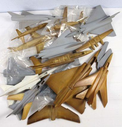 Treize Maquettes en résine    Treize maquettes à monter et à peindre, en résine...