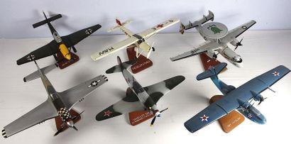 Six maquettes - Lot n° 3    Six maquettes en bois sculptées et peintes à la main....
