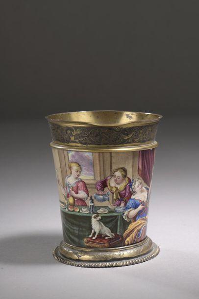 Gobelet tronconique à décor émaillé d'une scène de badinage courtois dans un intérieur,...