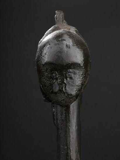 Tête Fang (Gabon). Bois. Haut. : 42 cm Ancienne tête d'ancêtre supportée par un...