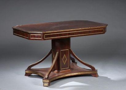 Table de milieu rectangulaire à pans coupés en acajou et placage d'acajou souligné...