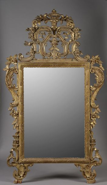 Miroir rectangulaire à fronton en bois sculpté...
