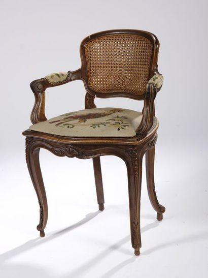 Suite de huit fauteuils cannés à dossier bas en bois mouluré, sculpté et repatiné...