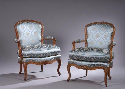 Paire de larges fauteuils en hêtre mouluré...
