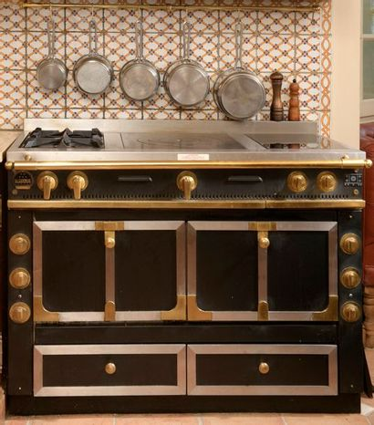 Maison LA CORNUE. Piano de cuisson en fonte...