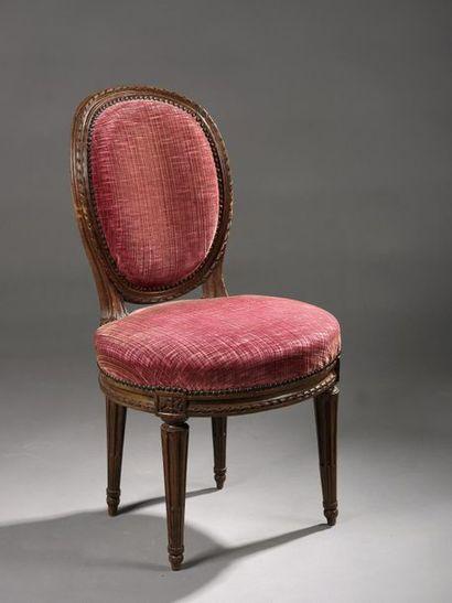Petite chaise à dossier médaillon et assise...