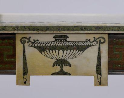 Console de forme rectangulaire en bois mouluré et laqué vert à décor de frises de...
