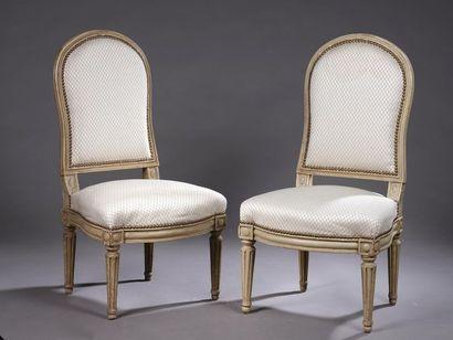 Paire de chaises basses à dossier à la reine...