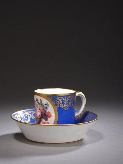 SÈVRES. Gobelet litron et sa soucoupe en porcelaine tendre de la deuxième grandeur...