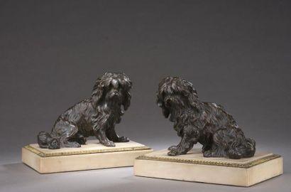 Paire de chiens assis en bronze ciselé et...
