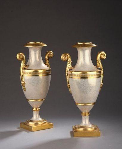 PARIS. Paire de vases sur piédouche en porcelaine...