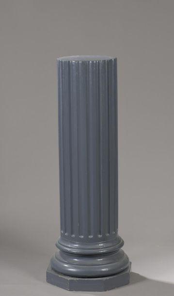 Demi-colonne cannelée en bois laqué gris...