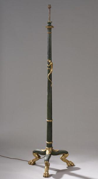 Lampadaire en bois laqué vert antique et...