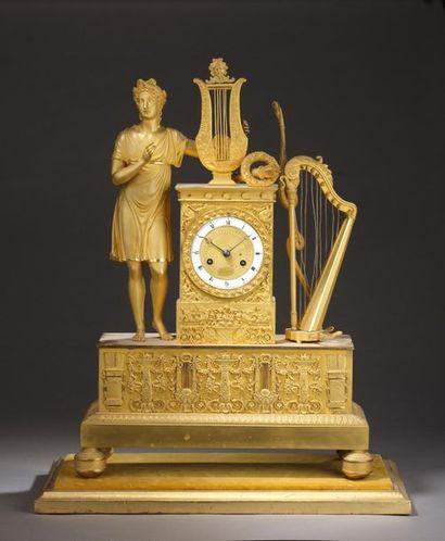 Pendule en bronze ciselé et doré, le cadran...