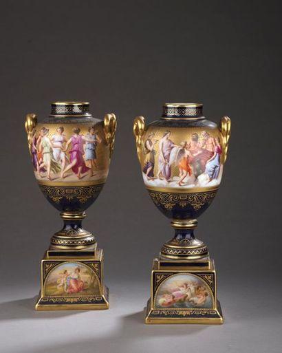 VIENNE. Paire de vases ovoïdes à piédouche...