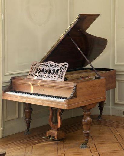 Maison PLEYEL. Piano quart de queue en bois...