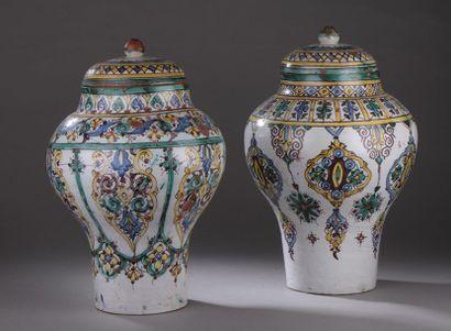 Deux kabiyas en céramique à décor de motifs...