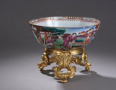 Grand bol en porcelaine décorée en émaux...