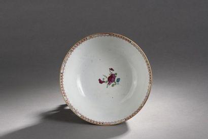 """Grand bol en porcelaine décorée en émaux polychromes dit """"mandarin"""" de jeunes femmes,..."""