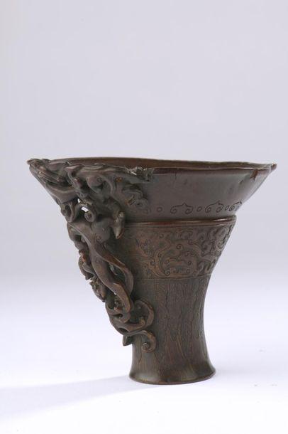 Coupe libatoire en corne de rhinocéros sculptée sur la panse de chilong archaïsants...