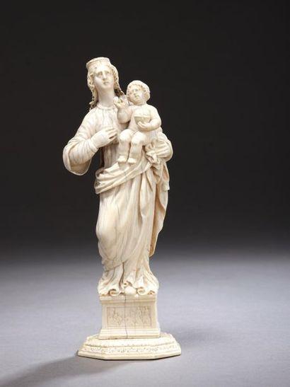 Vierge à l'Enfant en ivoire sculpté en ronde-bosse...