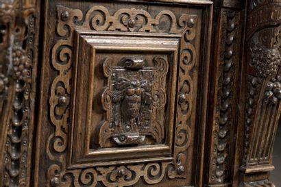 Dressoir en chêne sculpté ouvrant à quatre portes et un tiroir dans le corps inférieur....