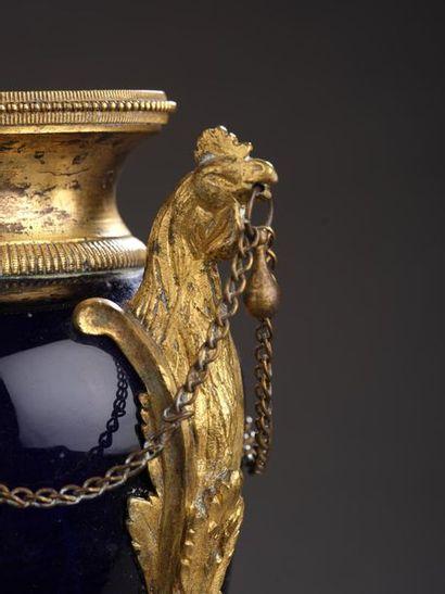 Paire de vase balustre en verre bleu-cobalt du Creusot, la monture en bronze ciselé...