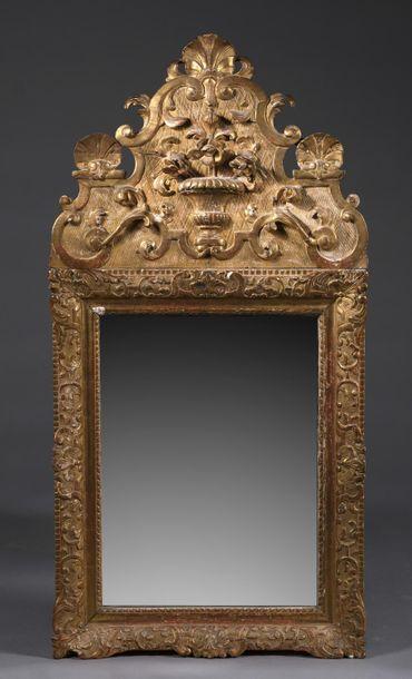 Miroir à fronton en bois sculpté, stuqué...