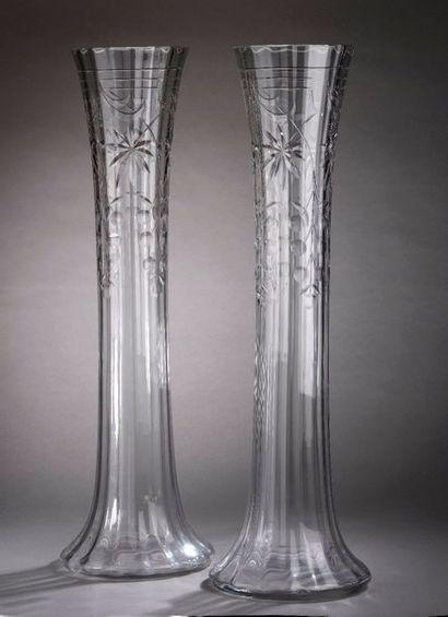 Paire d'importants vases en cristal taillé...