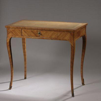 Petite table à écrire en placage de satiné...