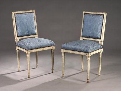 Suite de quatre fauteuils à dossier carré en hêtre mouluré, relaqué beige, les montants...