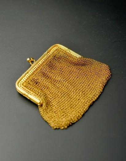 Porte-monnaie cotte de maille en or jaune 18k, l'armature à décor de joncs enrubannés....