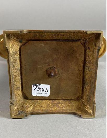 Garniture de cheminée en bronze patiné à décor d'émaux cloisonné. Elle comprend...