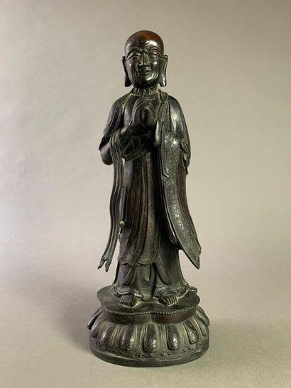 Bouddha en bronze ciselé et patiné noir debout...