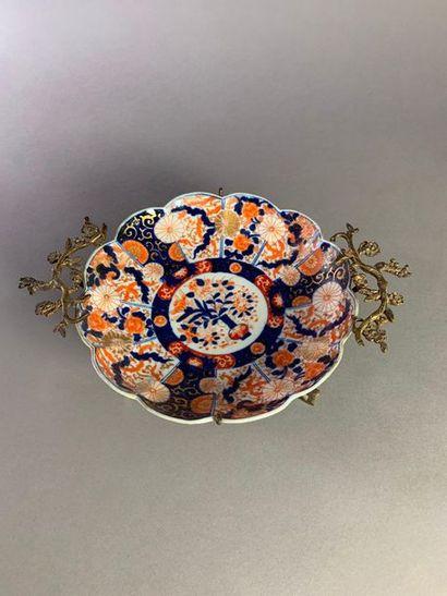 Coupe polylobée en porcelaine à décor corail,...