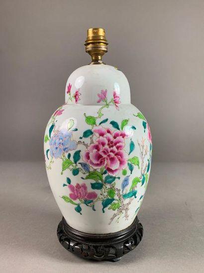 Potiche ovoïde couverte en porcelaine à décor...