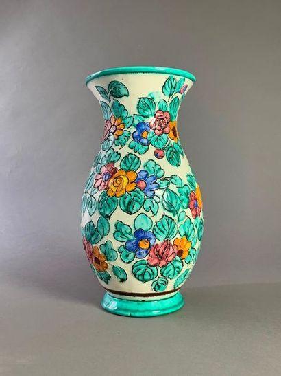 Vase en faïence fine de Monaco à décor incisé...