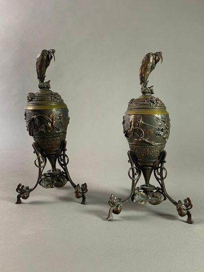 Paire de vases couverts montés sur trépied...