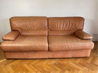 Canapé convertible en cuir (petites tâches d'usage).  Haut. : 91 cm - Larg. : 200...