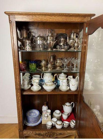 Meuble vitrine en chêne et son contenu de métal argenté et verrerie en porcelaine...