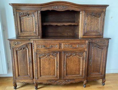 Mobilier de salle à manger rustique en chêne mouluré et sculpté.  Style Louis XV....
