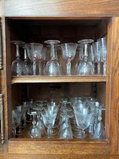Parties de services de table et de verres.  On joint : des vases.